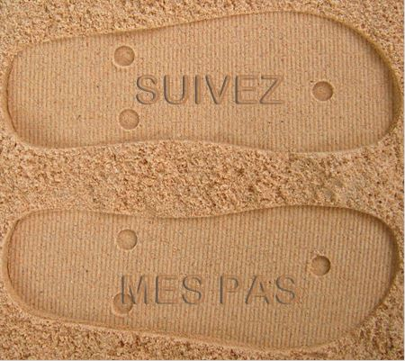 empreintes de tong dans le sable